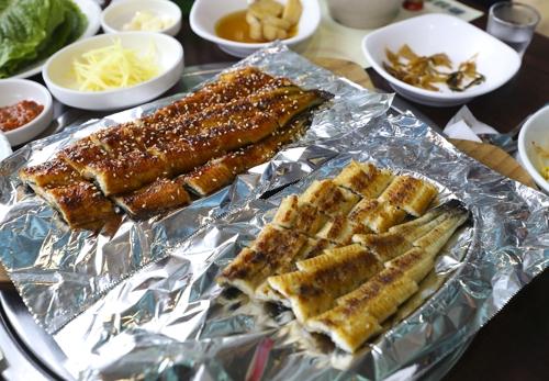 锡纸烤鳗鱼(韩联社成演在摄)