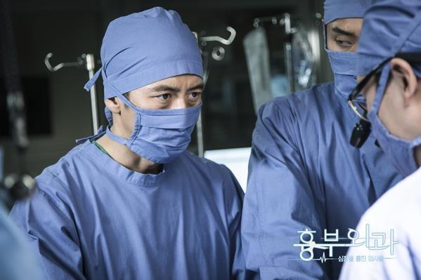 《胸外科》剧照(官网)