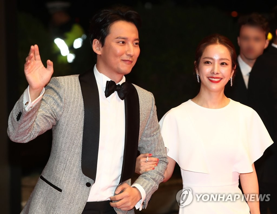 第23届釜山国际电影节主持人金南佶(左)和韩智敏(韩联社)