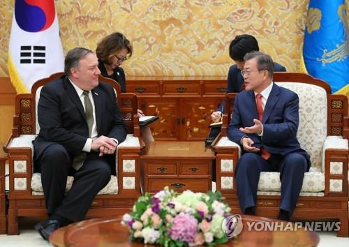 10月7日,在青瓦台,韩国总统文在寅(右)接见美国国务卿蓬佩奥。(韩联社)