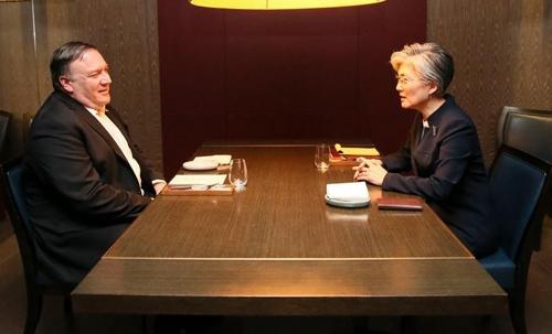 10月7日,在首尔一家餐厅,韩外长康京和(右)会见美国务卿蓬佩奥。(韩联社/韩国外交部供图)