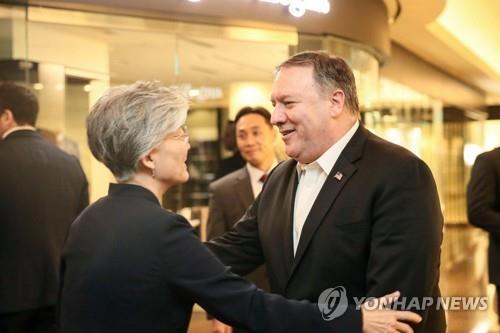 资料图片:10月7日,在首尔,韩国外交部长官康京和(左)与到访的美国国务卿蓬佩奥互致问候。(韩联社)