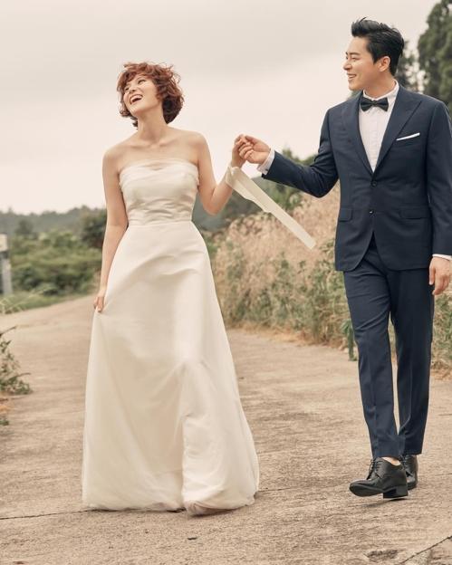 Gummy(左)和赵正锡婚纱照(韩联社/JS娱乐、C-JeS娱乐供图)