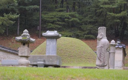 访客至今络绎不绝的张禧嫔之墓(韩联社)