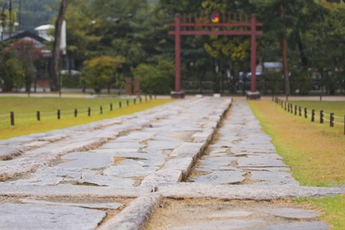 """登高祭祀所走的""""香路"""",右侧是朝鲜历代国王所走的""""御路""""。(韩联社记者成演在摄)"""