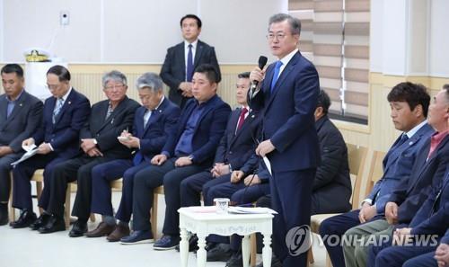 10月11日,在济州岛西归浦江汀村,韩国总统文在寅与江汀村居民座谈。(韩联社)