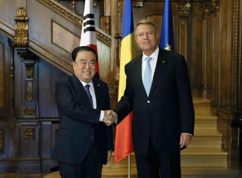 当地时间10月11日,在罗马尼亚首都布加勒斯特,韩国国会议长文喜相(左)和罗马尼亚总统克劳斯·约翰尼斯举行会晤前合影留念。(韩联社/国会议长室供图)