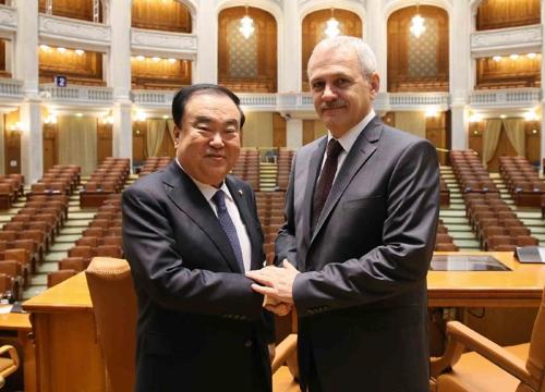 当地时间10月11日,在罗马尼亚首都布加勒斯特,韩国国会议长文喜相(左)同罗马尼亚众议院议长利维乌·德拉格内亚举行会晤前合影留念。(韩联社/国会议长室供图)