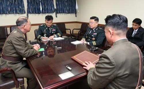 韩朝在板门店举行军事工作会谈