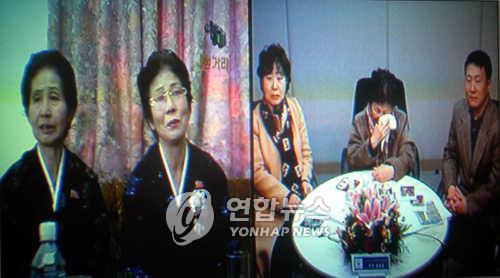 资料图片:2005年12月第三次离散家属团聚活动报道画面(韩联社)