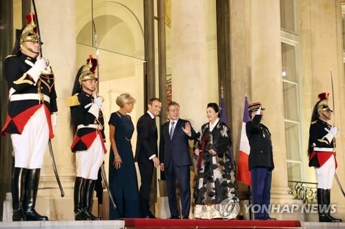 当地时间10月15日,在法国总统府爱丽舍宫,韩国总统文在寅(右四)夫妇参加法方举办的国宴前,与法国总统马克龙夫妇合影。(韩联社)