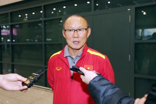 10月17日,在仁川国际机场,越南韩籍主教练朴恒绪率越南国足入境韩国后接受媒体记者采访。(韩联社)