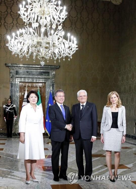 当地时间10月17日,在意大利总统府圭里纳勒宫,韩国第一夫人金正淑女士(左起)、韩国总统文在寅、意大利总统马塔雷拉、马塔雷拉的女儿劳拉·马塔雷拉出席马塔雷拉为文在寅举行的欢迎仪式。(韩联社)