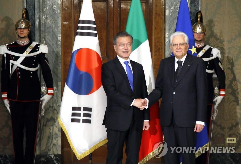 当地时间10月17日,在意大利总统府圭里纳勒宫,韩国总统文在寅(左)与意大利总统马塔雷拉在会谈前握手合影。(韩联社)