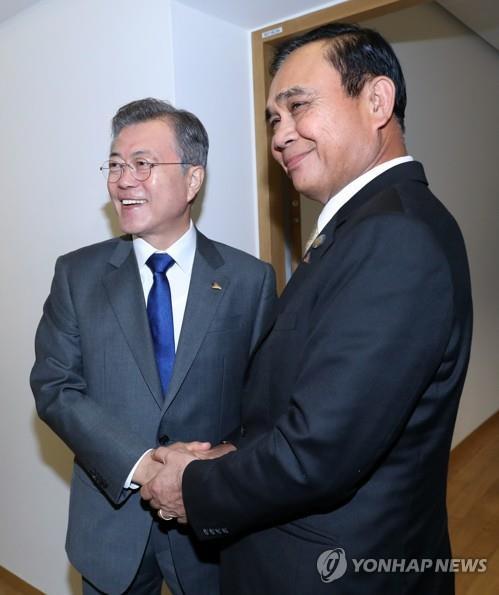 文在寅会见泰国总理巴育·詹欧差