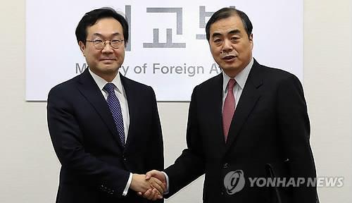 资料图片:李度勋(左)和孔铉佑(韩联社)