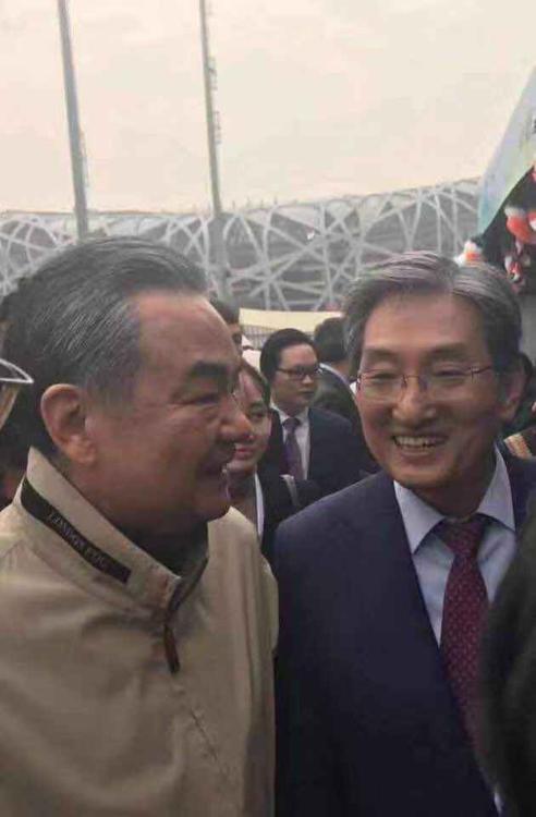 韩国大使参加中国外交部义卖活动