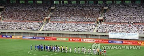 资料图片:8月15日,在平壤举行的第四届国际青少年足球赛揭幕战上,韩国江陵注文津中学队对战朝鲜4.25体育团队。(韩联社)