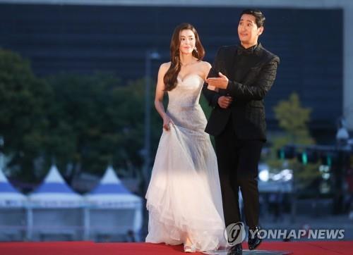 担任大钟奖颁奖礼的主持人金奎吏(左)和申铉浚(韩联社)