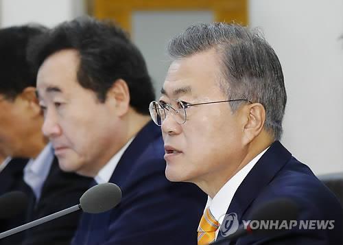 10月23日,在青瓦台,文在寅(右一)主持召开国务会议。(韩联社)