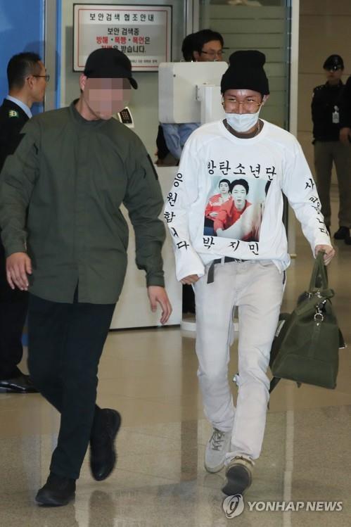 10月24日上午,BTS成员J-HOPE走在仁川国际机场到达厅。(韩联社)