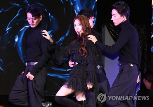10月24日下午,在首尔市江南区Coex Artium,宝儿举行第9张正规专辑《WOMAN》发布会并表演新歌。(韩联社)