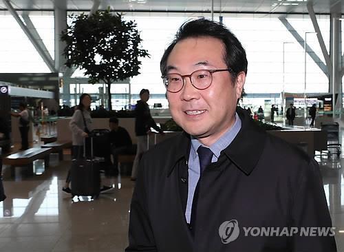 资料图片:10月21日,在仁川国际机场,李度勋答记者问。(韩联社)
