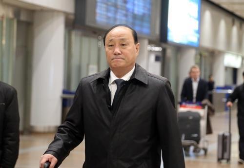 10月27日,在北京首都机场,朝鲜外务省副相申红哲准备转机飞往俄罗斯。(韩联社)