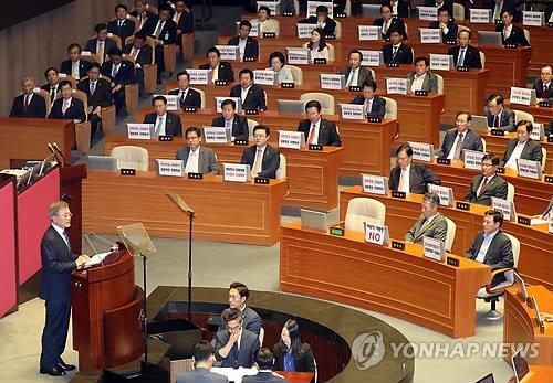 资料图片:2017年6月12日下午,在韩国国会,总统文在寅(左)发表施政演说。(韩联社)