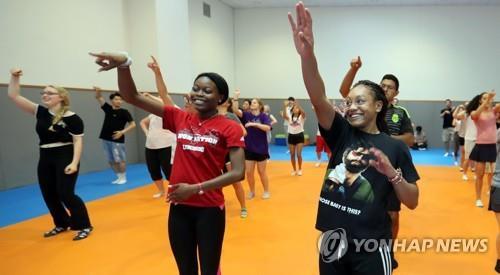 资料图片:2017年6月29日,在大田市韩南大学,赴韩研修文化的外国大学生们在跳韩国传统舞蹈。(韩联社)