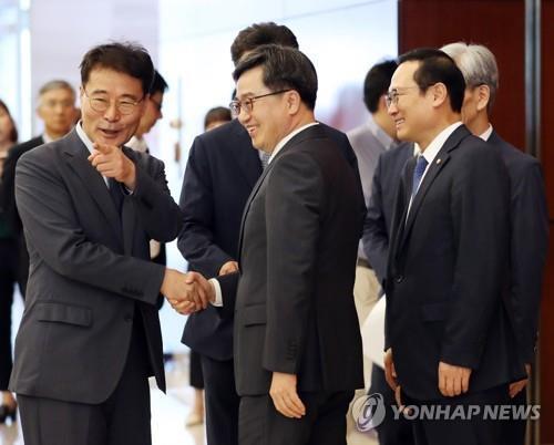 韩青瓦台否认经济首长换人报道