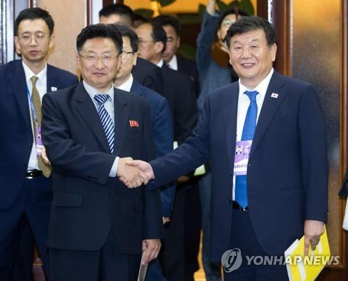 资料图片:卢泰刚(右)和元吉友(韩联社)