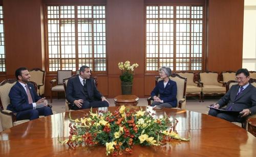 11月2日下午,在韩国外交部,康京和(右二)会见哈勒敦·哈利法·穆巴拉克(左二)。(韩联社)