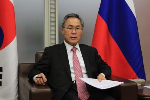 韩国驻俄罗斯大使禹润根接受记者采访。(韩联社)