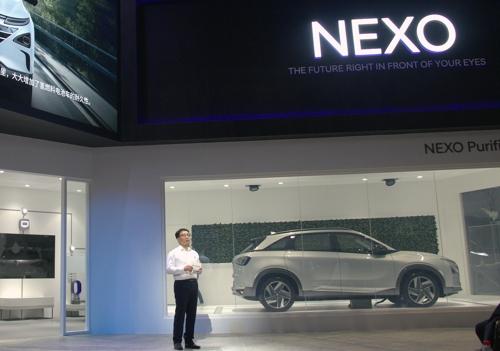 11月6日,现代汽车相关负责人在首届中国国际进口博览会上介绍氢燃料电池车NEXO。(现代汽车供图)