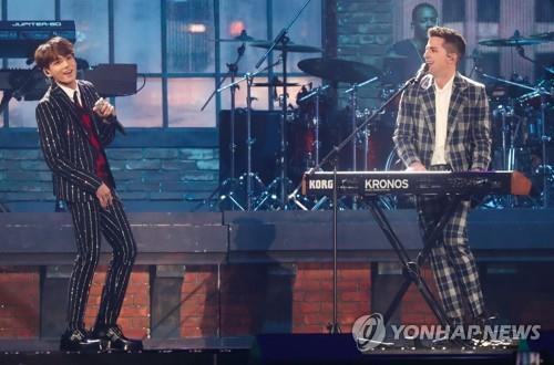 11月6日,首届MBC PLUS x Genie音乐颁奖礼在仁川南洞体育馆举行,BTS和查理·普斯(右)同台献艺。(韩联社)