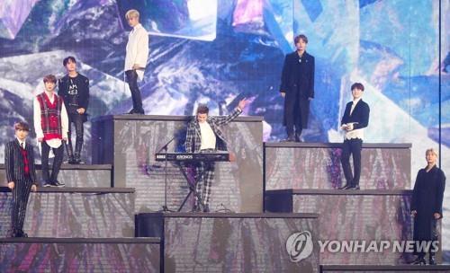 11月6日,首届MBC PLUS x Genie音乐大奖颁奖礼在仁川南洞体育馆举行。BTS和查理·普斯同台献艺。(韩联社)