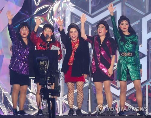 11月6日,在仁川南洞体育馆举行的首届MBC PLUS x Genie音乐大奖颁奖礼上,Celeb Five获奖后发表感言。(韩联社)