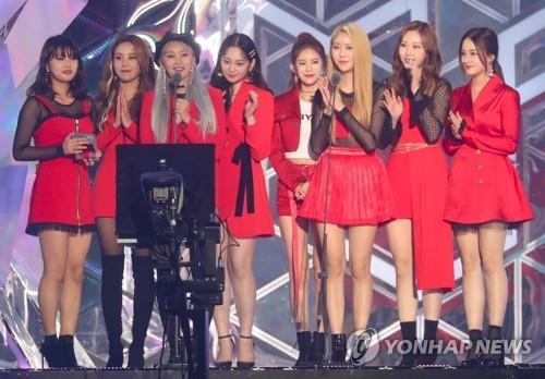 11月6日,在仁川南洞体育馆举行的首届MBC PLUS x Genie音乐大奖颁奖礼上,MOMOLAND获奖后发表感言。(韩联社)