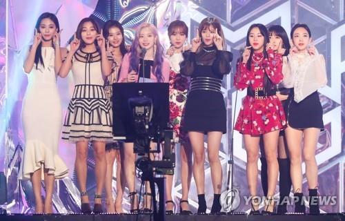 11月6日下午,在仁川南洞体育馆,女团TWICE在2018 MGA颁奖礼上获得最佳女团奖后发表获奖感言。(韩联社)