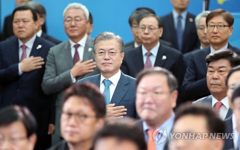 """11月9日上午,韩国总统文在寅(系蓝色领带)出席在首尔国际会展中心(COEX)举行的""""公平经济战略会议""""。(韩联社)"""