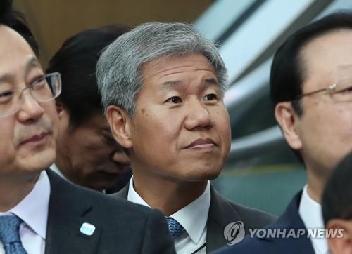 资料图片:左二为金秀显。(韩联社)