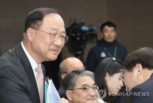 资料图片:左一为洪楠基。(韩联社)