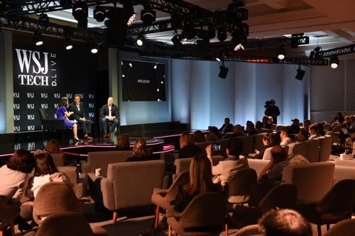 当地时间11月14日,在美国加州举行的D.Live大会上,金映基(左二)发表主题演讲。(韩联社)