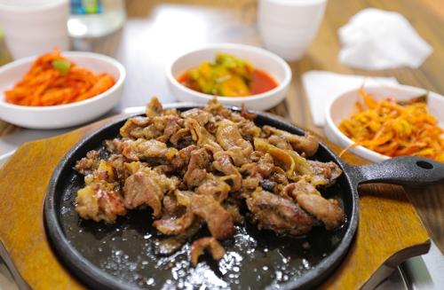 味美价廉的炭烤肉(韩联社记者成演在摄)