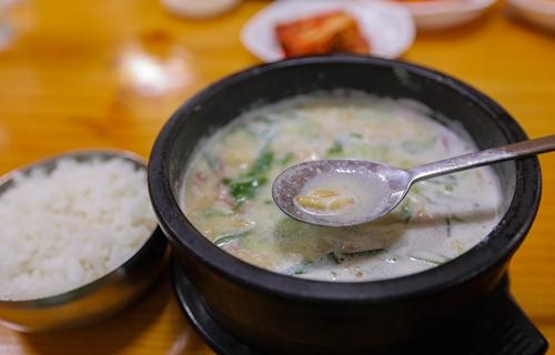 松子为牛骨肉汤添味增香。(韩联社记者成演在摄)