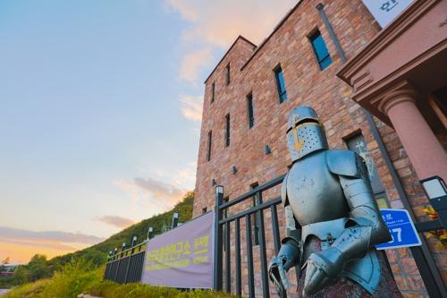 巧克力博物馆门口的中世纪骑士盔甲让人联想起博物馆里爱巧克力入了迷、发了狂的堂吉诃德们。(韩联社记者成演在)