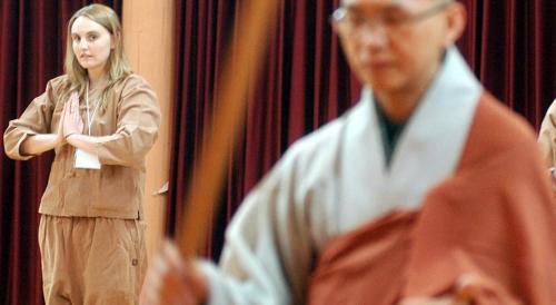 资料图片:在杨平龙门寺体验寺院生活的外国人(韩联社)