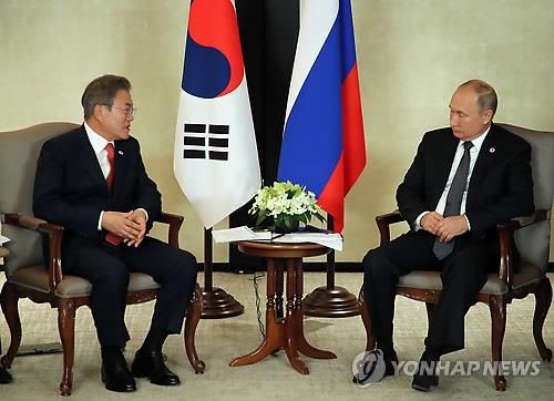 资料图片:当地时间11月14日,在新加坡香格里拉酒店,韩国总统文在寅(左)与俄罗斯总统普京举行会谈。(韩联社)