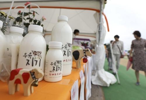 千日红节现场销售手工酸奶等当地特产。(韩联社记者成演在摄)